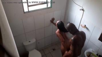 el negro se mete al baño y le da un buen sexo